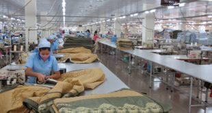 nữ sản xuất rèm cửa tại nhà máy Hoàng Điền