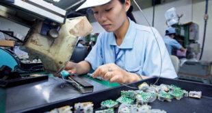 Nữ làm điện tử tại nhà máy Tân Thế Kỷ Đài Nam