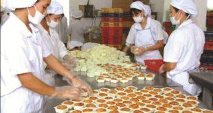nữ làm bánh mỳ