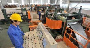 Nam làm gia công kim loại tại nhà máy Cao Thán