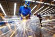 Nam nữ đi lại làm gia công cơ khí tại nhà máy Cửu Nghị Đài Trung